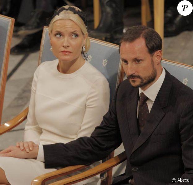 De retour de l'anniversaire de la princesse Mary à Copenhague, le prince Haakon et la princesse Mette-Marit de Norvège ont dû être évacués d'urgence ainsi que tous les passagers du vol #1462 pour Oslo, le 5 février 2012.