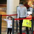 Alessandra Ambrosio et sa fille Anja à l'aéroport de Los Angeles, le 3 février 2012.