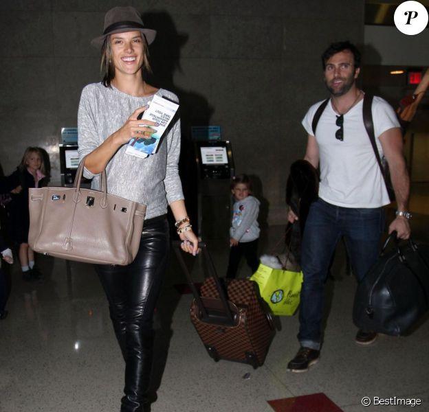 Alessandra Ambrosio a le sourire à l'aéroport de Los Angeles, accompagnée par sa petite famille. Le 3 février 2012.