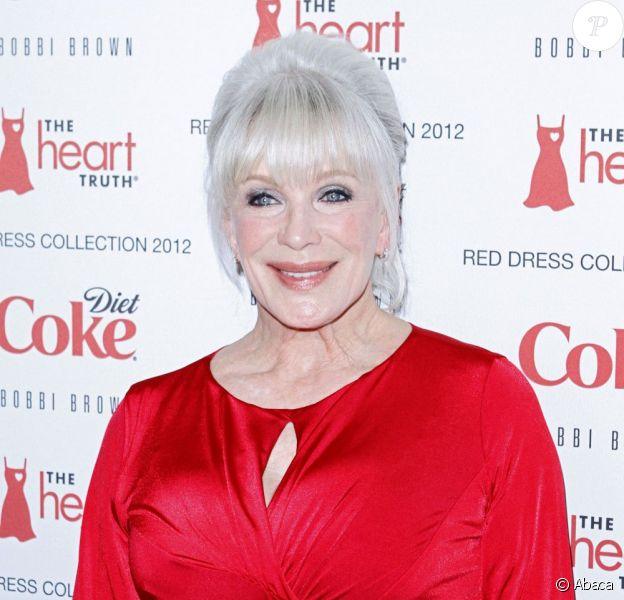 Linda Evans, souriante et ravie de jouer les mannequins le temps d'une soirée lors du défilé organisé par The Heart Truth à New York, le 8 février 2012.
