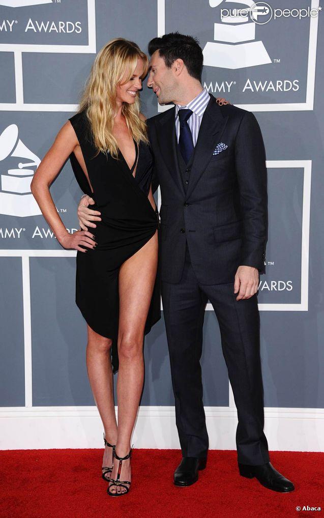 Adam Levine de Maroon 5 et Anna Vyalitsina sur le tapis rouge de la cérémonie des 54e Grammy Awards au Staples Center de Los Angeles le 12 février 2012. Les stars étaient nombreuses à être venues accompagnées pour la grand-messe des récompenses musicales américaines.