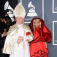 Nicki Minaj et son pape sur le tapis rouge de la cérémonie des 54e Grammy Awards au Staples Center de Los Angeles le 12 février 2012. Les stars étaient nombreuses à être venues accompagnées pour la grand-messe des récompenses musicales américaines.