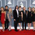 Les Foo Fighters et leurs amoureuses sur le tapis rouge de la cérémonie des 54e Grammy Awards au Staples Center de Los Angeles le 12 février 2012. Les stars étaient nombreuses à être venues accompagnées pour la grand-messe des récompenses musicales américaines.