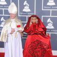 sur le tapis rouge de la cérémonie des 54e Grammy Awards au Staples Center de Los Angeles le 12 février 2012. Les stars étaient nombreuses à être venues accompagnées pour la grand-messe des récompenses musicales américaines.