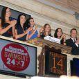 Irina Shayk, Crystal Renn, Michelle Vawer, Nina Agdal et Jessica Gomes applaudissent après avoir sonné la fin de la séance du NYSE. New York, le 14 février 2012.