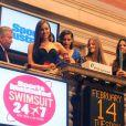 Avec le sourire, Irina Shayk frappe du marteau pour mettre un terme à la séance du jour au NYSE. New York, le 14 février 2012.