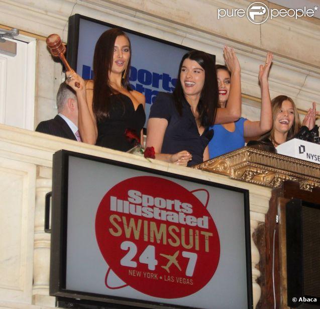 Irina Shayk tape du marteau pour annoncer la fin de la séance au New York Stock Exchange. New York, le 14 février 2012.