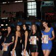 Crystal Renn, Irina Shayk, Jessica Gomes, Nina Agdal et Michelle Vawer posent avec sensualité dans la  salle du New York Stock Exchange. New York, le 14 février 2012.