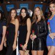 Les cinq bombes Crystal Renn, Irina Shayk, Jessica Gomes et Nina Agdal posent avec une rose à la main dans la  salle du New York Stock Exchange. New York, le 14 février 2012.