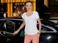 Miranda Kerr : Souriante, très en beauté et admirée par Dannii Minogue