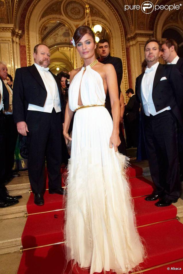 Helena Christensen au 56e Bal de l'Opéra de Vienne.   Comme chaque année, de nombreuses célébrités et personnalités ont assisté en toute élégance au 56e Bal de l'Opéra de Vienne, le 16 février 2012.
