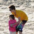 Justin Bieber, très maternel entouré d'enfants de sa famille, sur une plage de Malibu, le vendredi 17 février 2012.