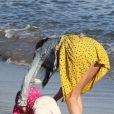 Selena Gomez, très maternelle entourée d'enfants de la famille de Justin Bieber, sur une plage de Malibu, le vendredi 17 février 2012.sur une plage de Malibu, le vendredi 17 février 2012.