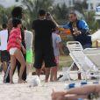 Chris Brown prendla pose pour quelques fans sur une plage de Miami avec des amis le 17 février 2012