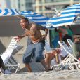 Chris Brown s'éclate comme un petit fou devant sa compagne Karrueche Tran et quelques amis sur une plage de Miami avec des amis le 17 février 2012