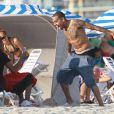 Chris Brown et sa compagne Karrueche Tran passent l'après-midi sur une plage de Miami avec des amis le 17 février 2012