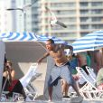 Chris Brown s'éclate sur la plage de Miami avec sa petite amie et quelques amis le 17 février 2012