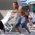 Chris Brown s'amuse sur une plage à Miami en compagnie de sa petite amie et quelques amis le 17 février 2012