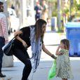 Alessandra Ambrosio profite de son adorable fille lors d'une balade en famille dans les rues de Santa Monica le 23 février 2012