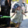 Anja, la fille d'Alessandra Ambrosio, lors d'une promenade en famille dans les rues de Santa Monica le 23 février 2012