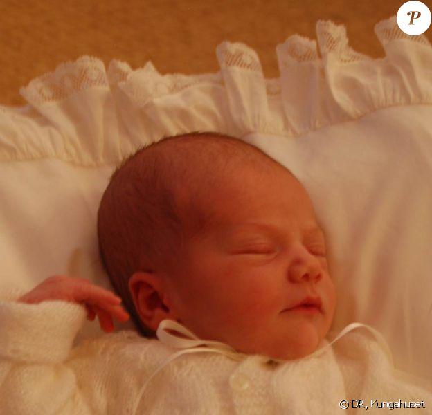 La princesse Estelle de Suède, fille de la princesse Victoria, âgée de 4 jours, premières photos officielles prises au palais Haga, dévoilées par le palais royal le 28 février 2012.