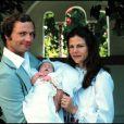 La princesse Estelle ressemble-t-elle déjà à sa maman la princesse Victoria, ici dans les bras de ses parents après sa naissance ?