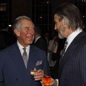 Le prince Charles, après un verre avec Jeremy Irons, mitraille au paintball