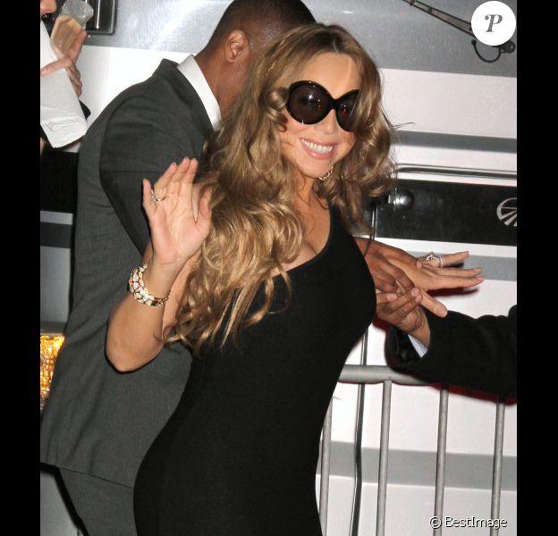 Mariah Carey se cache derrière ses lunettes noires à la sortie de la soirée des Escape to Total Awards, le 1er mars à New York