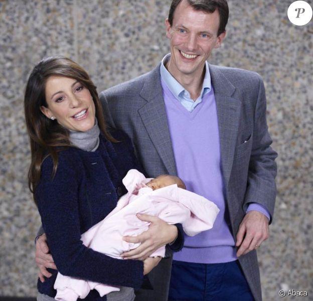 La princesse Marie et le prince Joachim avec leur petite fille née le 24 janvier 2012 à leur sortie de la maternité du Rigshospitalet de Copenhague, le 27 janvier 2012. La petite princesse sera baptisée et ses prénoms dévoilés le 20 mai 2012 en l'église de Mogeltonder.