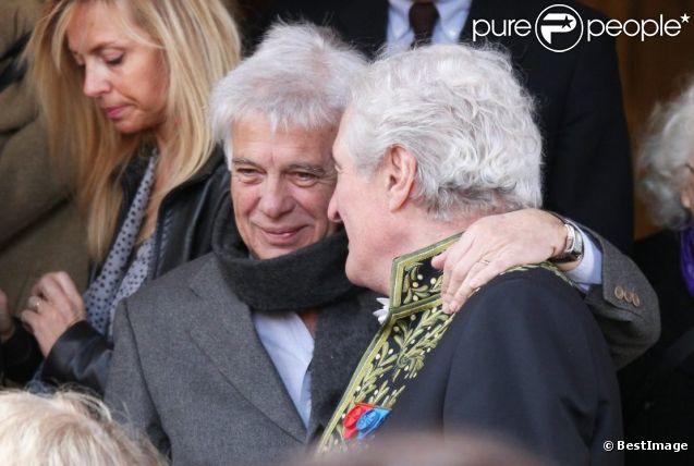 Guy Bedos et Jean-Loup Dabadie aux obsèques de Félicien Marceau, à Neuilly-sur-Seine, le mardi 13 mars 2012.