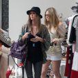 La très stylée Nicky Hilton en pleine séance shopping à Beverly Hills, habillée d'un gilet fleuri sur un top noir et un slim gris foncé et des sandales Nicholas Kirkwood. Le 15 mars 2012.