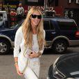 La superbe Elle Macpherson, de passage dans l'émission Live with Kelly à New York, dans un total look blanc et doré. Le 13 mars 2012.