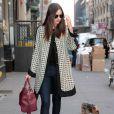 Miranda Kerr porte un manteau Marni sur un top noir, un slim Nobody Cult et des chaussures Tabitha Simmons. Le top model est inséparable de son sac magenta Louis Vuitton, issue de la collection Sofia Coppola. Le 12 mars 2012.