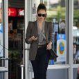 Jessica Alba fait le plein avec style ! L'actrice de 30 ans portait un blazer gris sur un chemisier Joie, un jean et des sandales Miu Miu. Beverly Hills, le 14 mars 2012.