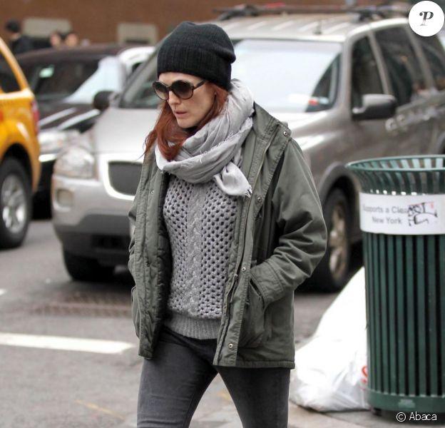 Julianne Moore fait du shopping dans une boutique J. Crew à New York, le 16 mars 2012.