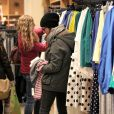 Julianne Moore essaie des tenues dans une boutique J. Crew à New York, le 16 mars 2012.