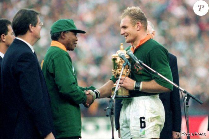Nelson mandela remet la 1ere coupe du monde de rugby en 1995 a francois pienaar - Finale coupe du monde rugby 1995 ...