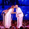 Chimène Badi et Pascal Obispo partagent un petit baiser après avoir chanté  Without You  pour le spectacle des Enfoirés.