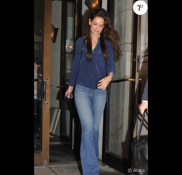 Katie Holmes, sublime, sort de chez elle à New York, le 22 mars 2012 à New York