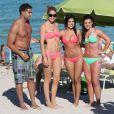 Doutzen Kroes prend une photo avec des fans l'ayant reconnu. Miami, le 24 mars 2012.