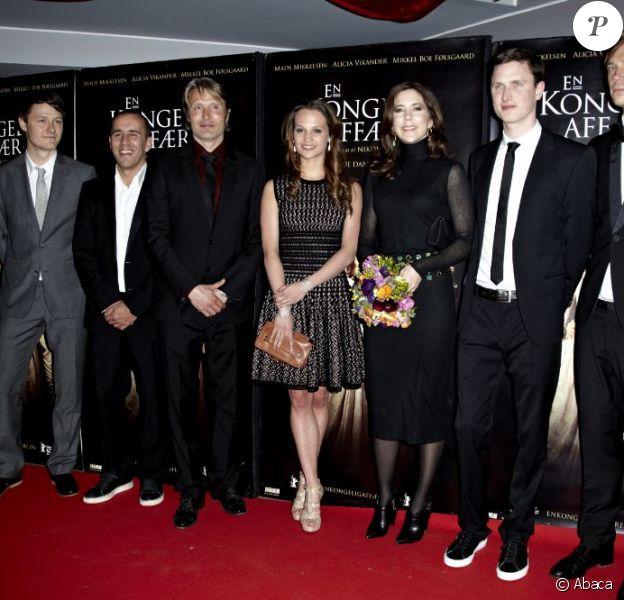 La princesse Mary de Danemark, entourée notamment du beau Mads Mikkelsen (3e g.) et de la charmante Alicia Vikander (centre) à l'avant-première du film A Royal Affair de Nikolaj Arcel, le 28 mars 2012 à Copenhague.