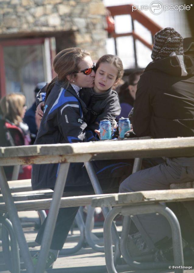 L'infante Elena d'Espagne est apparue radieuse avec ses enfants Felipe et Victoria dimanche 1er avril 2012 à la station de ski et sur les pistes de Baqueira-Beret (Pyrénées espagnoles).