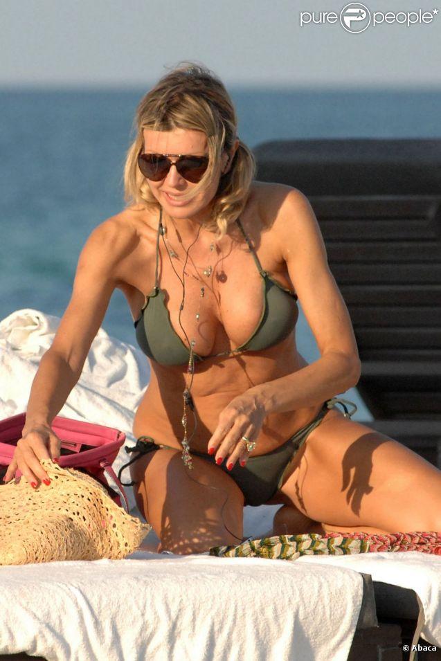 Rita Rusic dévoile sa plastique de rêve sur une plage de Miami. Le 3 avril 2012.