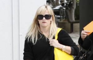 Reese Witherspoon enceinte : Sur la plage, elle dévoile son ventre rond