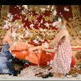 Pas vraiment le style  Eyes Wide Shut , finalement... Image du clip de  Les Filles  de Helmut Fritz (Eric Greff), réalisé par Jean-Marie Antonini, dévoilé le 10 avril 2012.