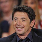 Patrick Bruel, souriant et séduisant, entouré des stars du ''Prénom''