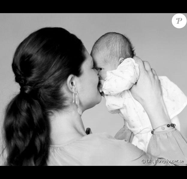 La princesse Estelle de Suède et sa maman la princesse Victoria déjà fusionnelles... A un mois du baptême (le 22 mai 2012) de la princesse Estelle de Suède, la Maison royale a dévoilé le 20 avril 2012 de nouveaux portraits du bébé de la princesse Victoria et du prince Daniel, ainsi que des détails sur l'événement.