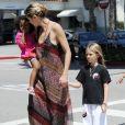 Heidi Klum accompagne trois de ses enfants, Leni, Henry et Johan, à leur cours de karaté, à Los Angeles, ce samedi 21 avril.