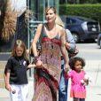 Heidi Klum était photographiée accompagnant ses trois enfants, Leni, Henry et Johan, à leur cours de karaté, à Los Angeles, ce samedi 21 avril.