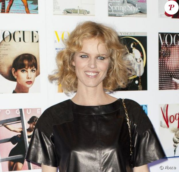 Eva Herzigova, ravissante dans sa robe en cuir, assistait au cocktail d'ouverture du Vogue Festival à Londres. Le 20 avril 2012.